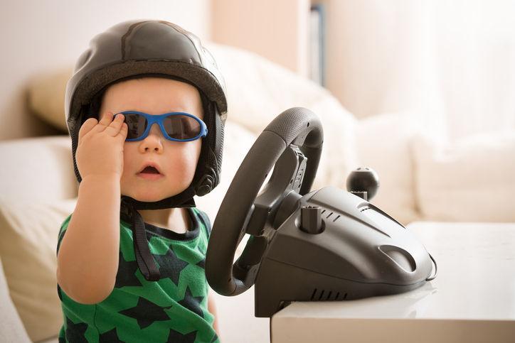bambino con console giochi
