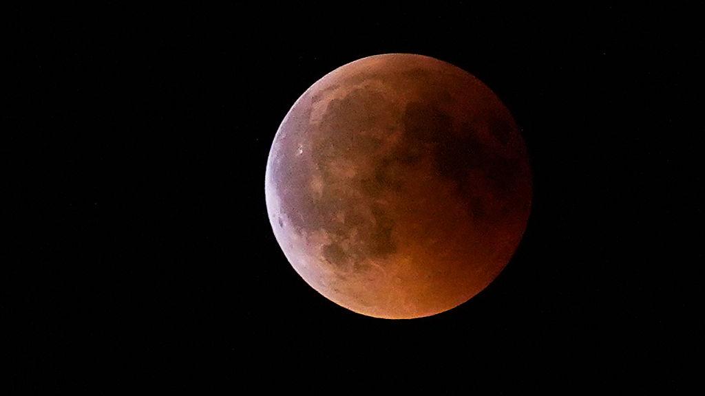 Foto della luna durante l'eclissi del 2019
