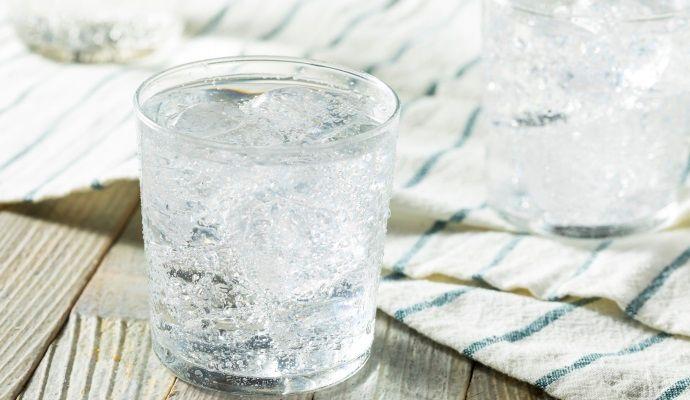 acqua frizzante prodotta con il gasatore d'acqua