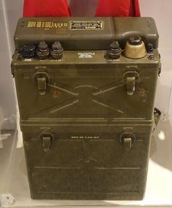 SCR-300_battery-powered_FM_voice_receiver_transmitter,_Motorola,_1940