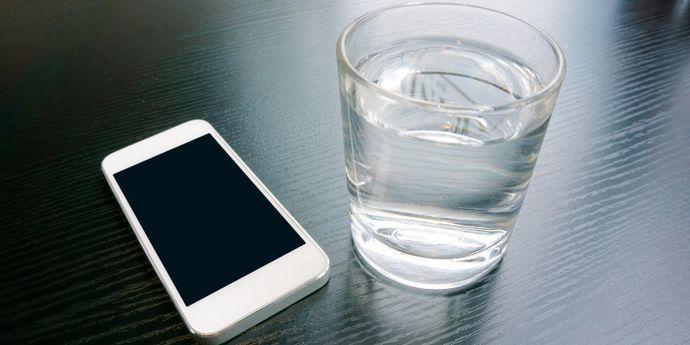 caricare lo smartphone con acqua