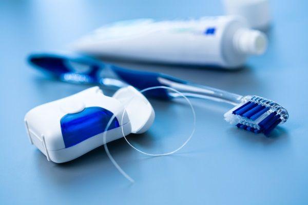 spazzolino e filo interdentale